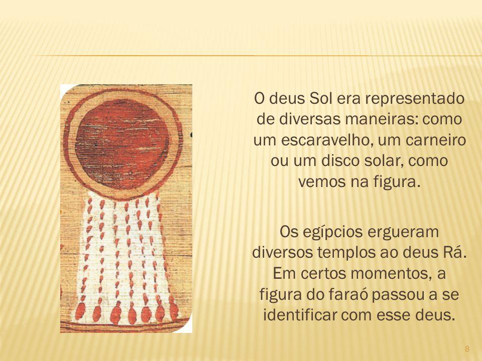 O deus Sol era representado de diversas maneiras: como um escaravelho, um carneiro ou um disco solar, como vemos na figura. Os egípcios ergueram diver