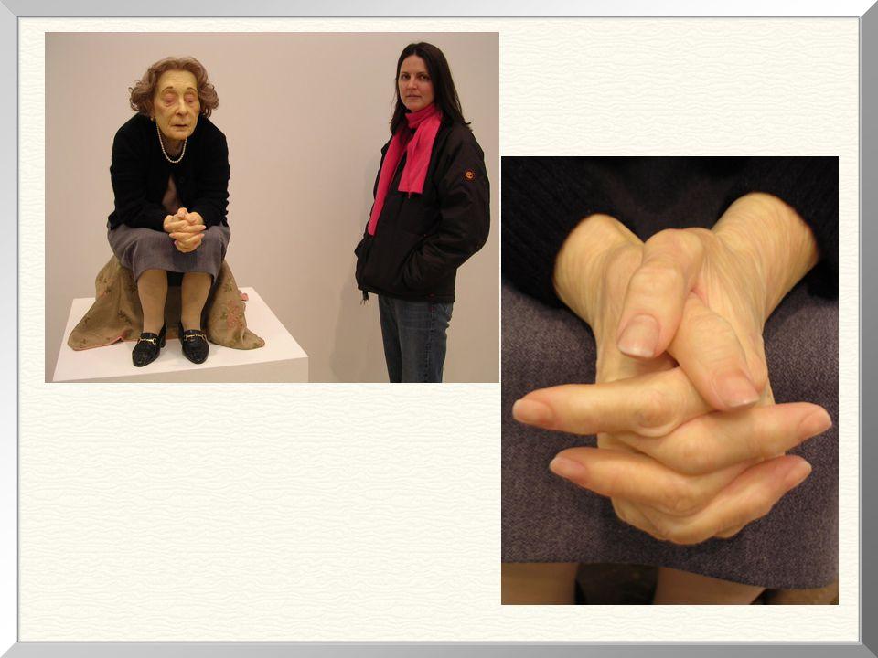 """""""Seated Woman"""", 1996 Mede, esta escultura, 1,76m de altura. Consegues acreditar que esta senhora é uma escultura?"""