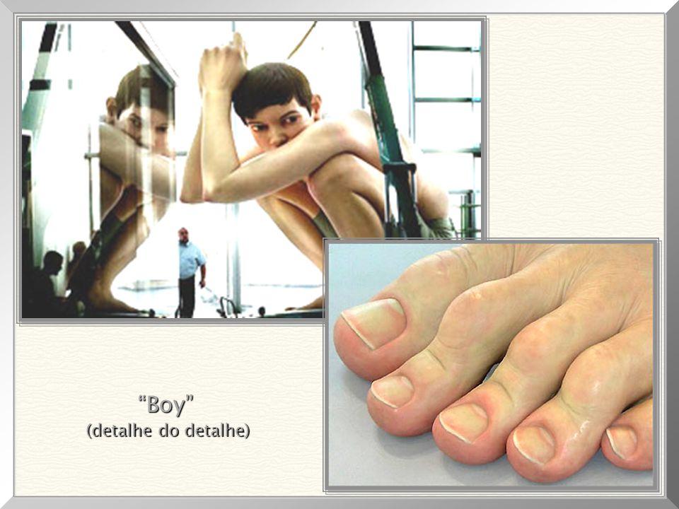 """Dos mais impressionantes detalhes, notando-se as unhas (perfeitas), manchas, veias, pele e rugas. """"Boy"""", 1999 Medidas da escultura: 4,90m x 4,90m x 2,"""
