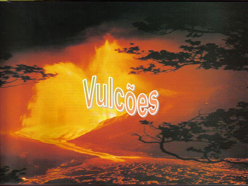 Se uma determinada comunidade se instalar junto de um vulcão deve-se fazer: A previsão de erupções vulcânicas para minimizar os riscos do vulcanismo, principalmente quando se refere á perda de vidas humanas.