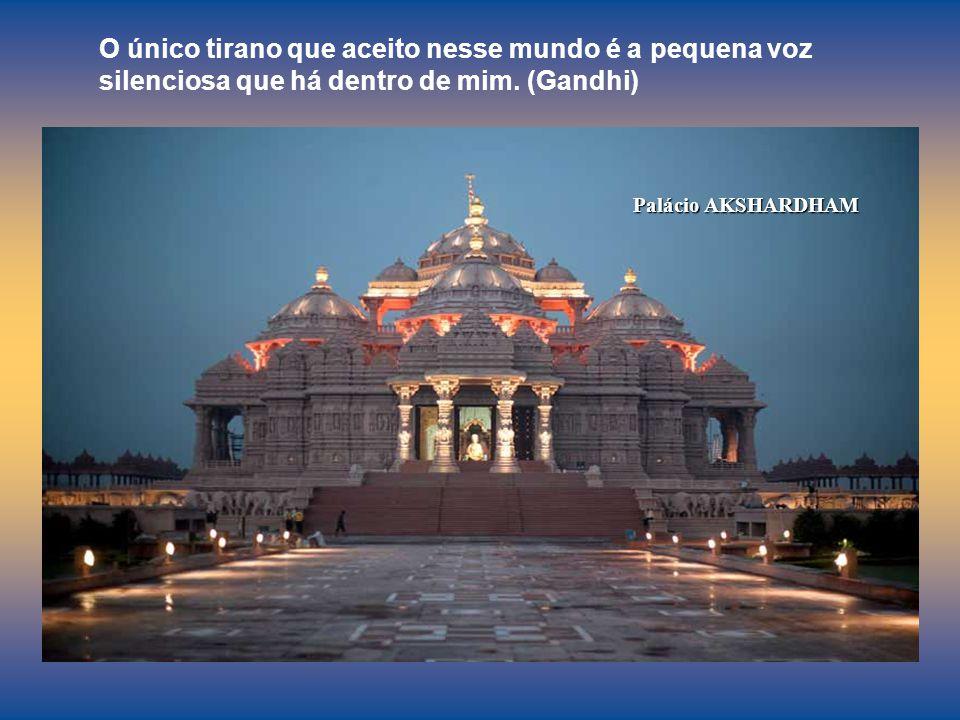 Palácio AKSHARDHAM O único tirano que aceito nesse mundo é a pequena voz silenciosa que há dentro de mim.