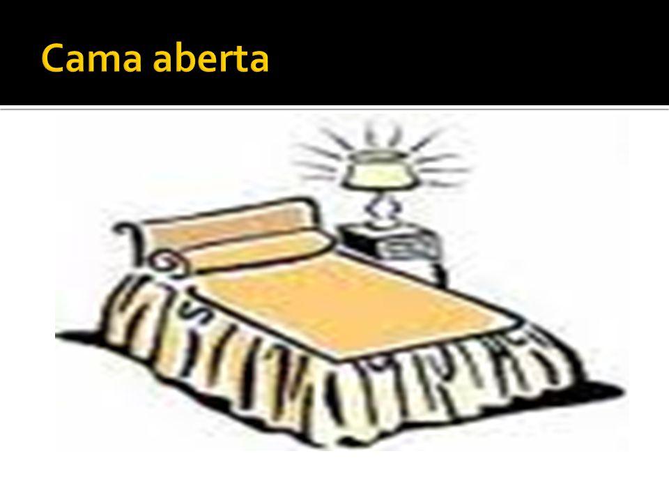  A cama de operado é igual a cama fechada mais um lençol dobrado em pregas, na cabeceira, próximo do lençol móvel.