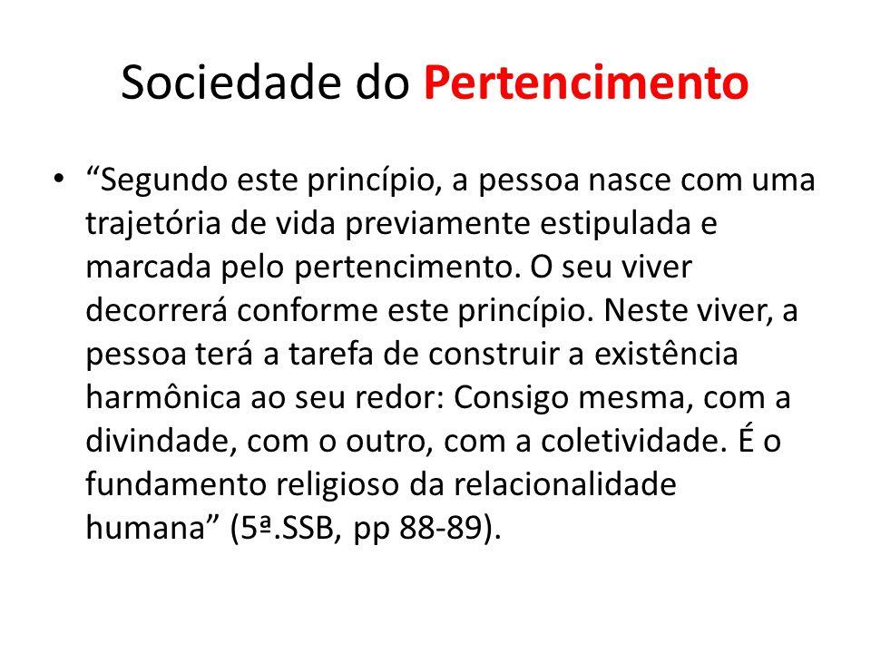"""Sociedade do Pertencimento """"Segundo este princípio, a pessoa nasce com uma trajetória de vida previamente estipulada e marcada pelo pertencimento. O s"""