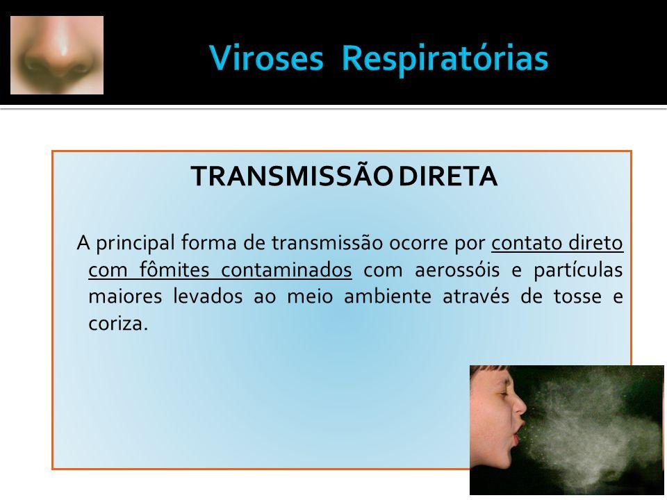 TRANSMISSÃO DIRETA A principal forma de transmissão ocorre por contato direto com fômites contaminados com aerossóis e partículas maiores levados ao meio ambiente através de tosse e coriza.