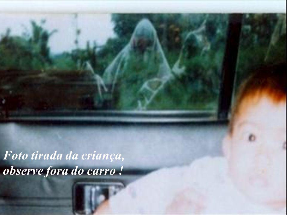 Foto tirada da criança, observe fora do carro !