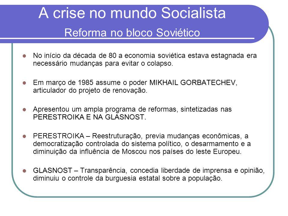 A crise no mundo Socialista Reforma no bloco Soviético  No início da década de 80 a economia soviética estava estagnada era necessário mudanças para