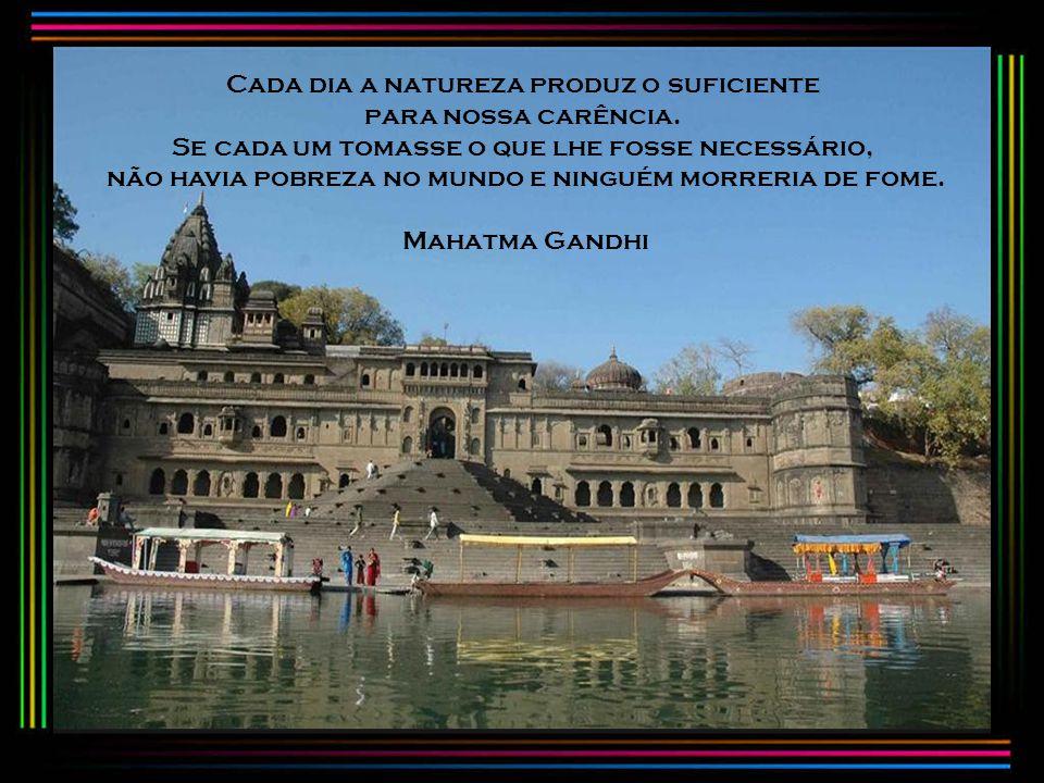 O amor é a força mais sutil do mundo. O medo tem alguma utilidade, mas a covardia não. Olho por olho, e o mundo acabará cego. Mahatma Gandhi