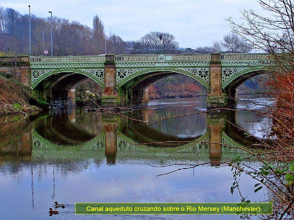 Um marquês britânico (Francis Egerton) começou a construção deste canal em 1759, com a intenção de transportar o carvão mais facilmente a partir de suas próprias minas em Wosley, próximo de Manchester, até as plantas industriais.