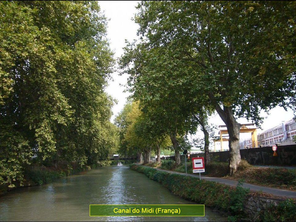 Este canal une o Mar Mediterrâneo com o Atlântico por meio do Rio Garonne, construído já em 1600.