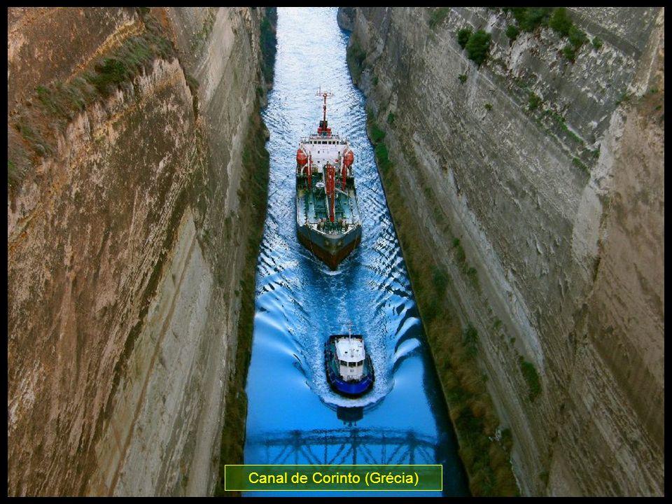 Canal de Corinto (Grécia) - Largura: 21 m e margens de 87 m de altura. Impressionante!