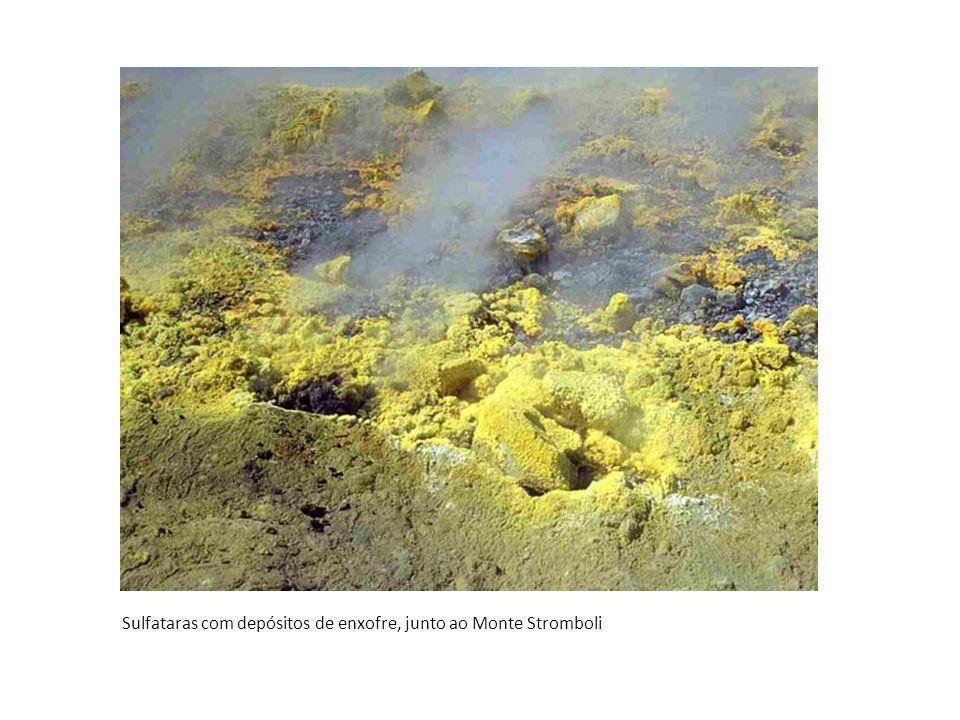 Black Smokers Nascentes hidrotermais, ricas em minerais de enxofres no fundo dos oceanos em zonas de riftes.