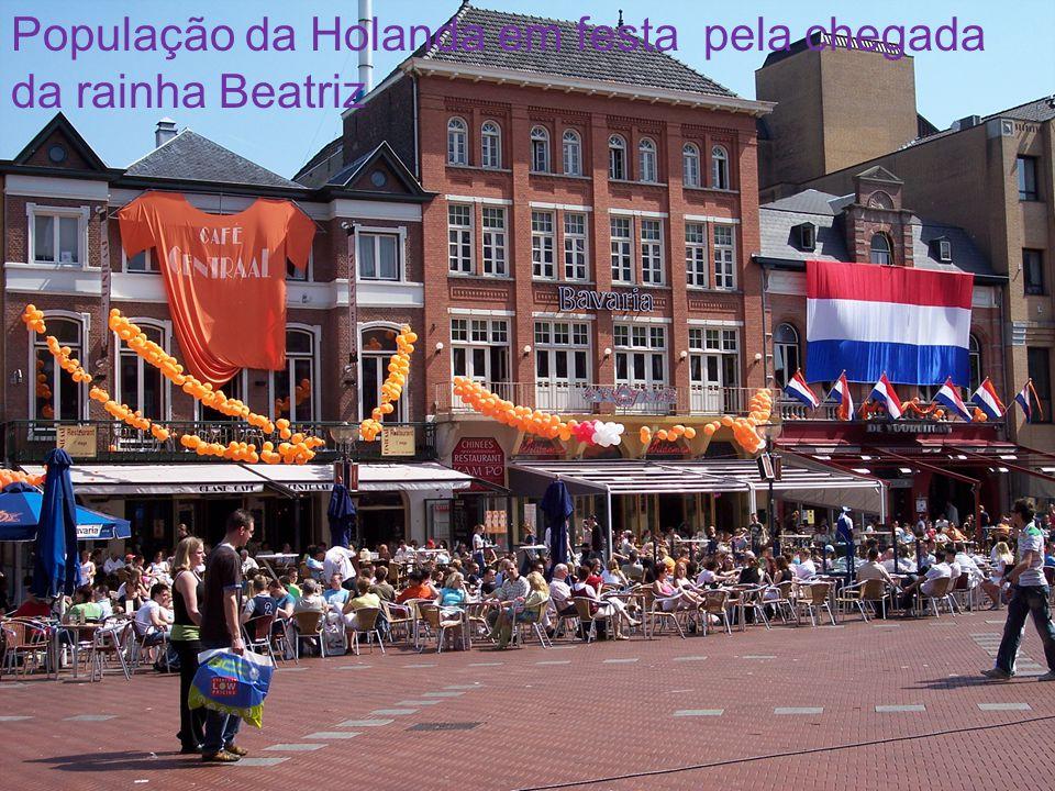 População da Holanda em festa pela chegada da rainha Beatriz