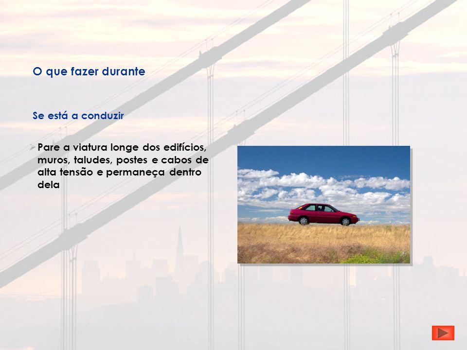  Pare a viatura longe dos edifícios, muros, taludes, postes e cabos de alta tensão e permaneça dentro dela O que fazer durante Se está a conduzir
