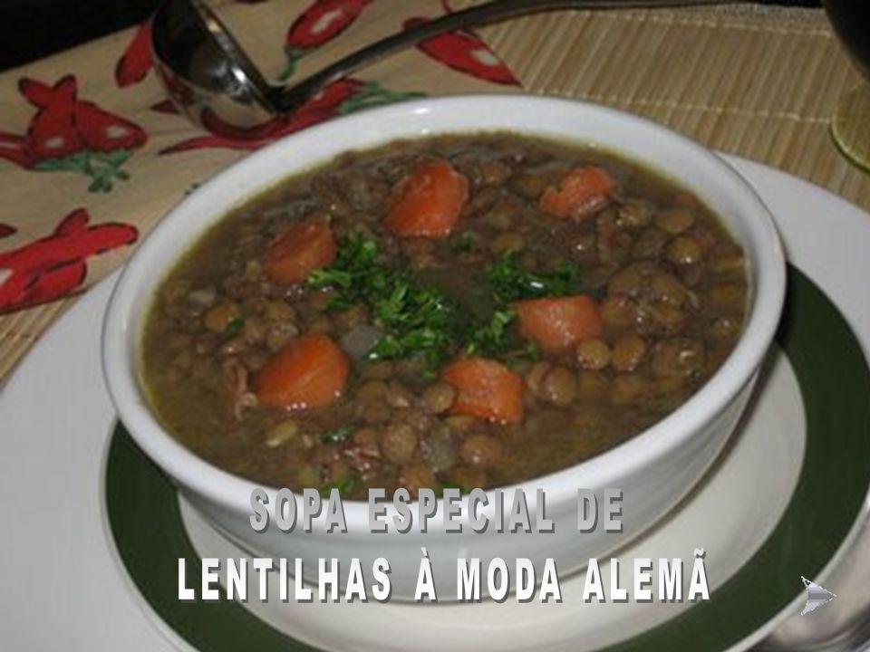 HAPPY NEW YEAR COCKTAIL Ingredientes: 1 lata de Leite Moça, a mesma medida de Vinho do Porto, ½ xícara (chá) de conhaque, 8 nozes descascadas picadas,