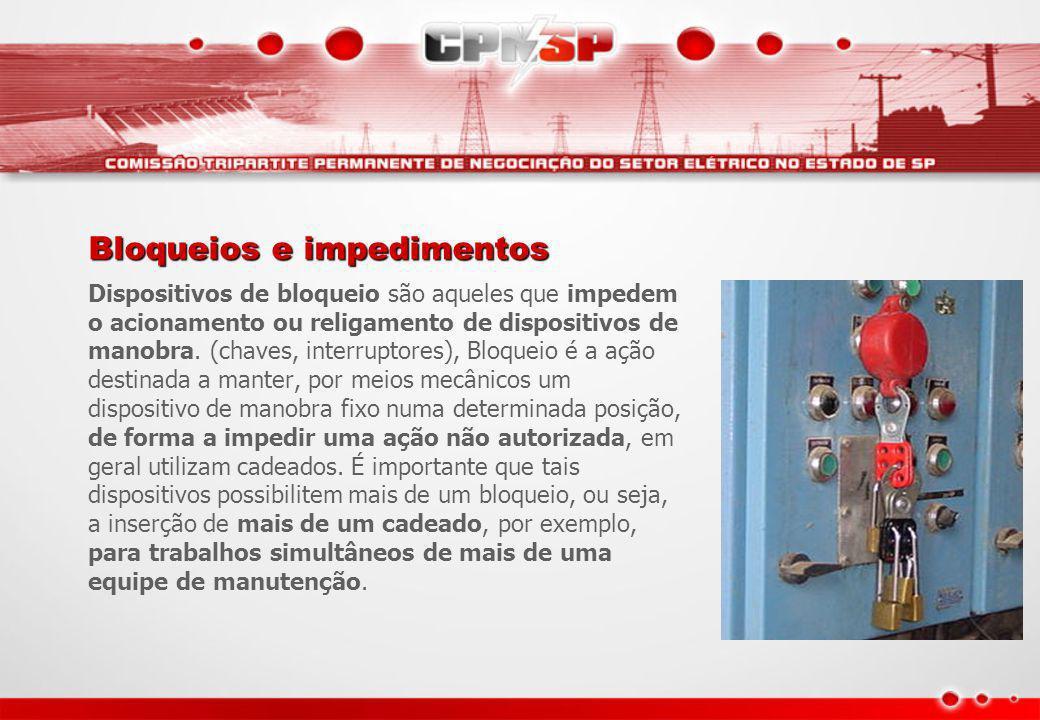Bloqueios e impedimentos Dispositivos de bloqueio são aqueles que impedem o acionamento ou religamento de dispositivos de manobra. (chaves, interrupto