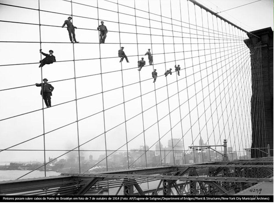 Pintores posam sobre cabos da Ponte do Brooklyn em foto de 7 de outubro de 1914 (Foto: AP/Eugene de Salignac/Department of Bridges/Plant & Structures/New York City Municipal Archives) 70