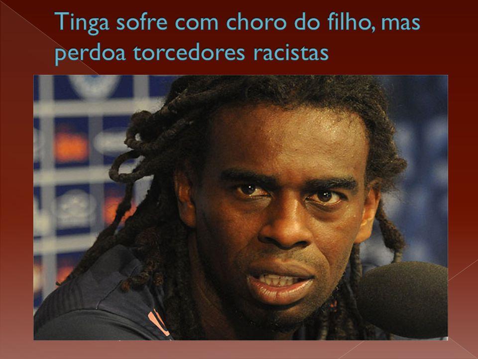  Após ser alvo de racismo no Peru, o volante Tinga desembarcou em Guarulhos, com semblante fechado.  Na estreia do Cruzeiro na Libertadores, a torci