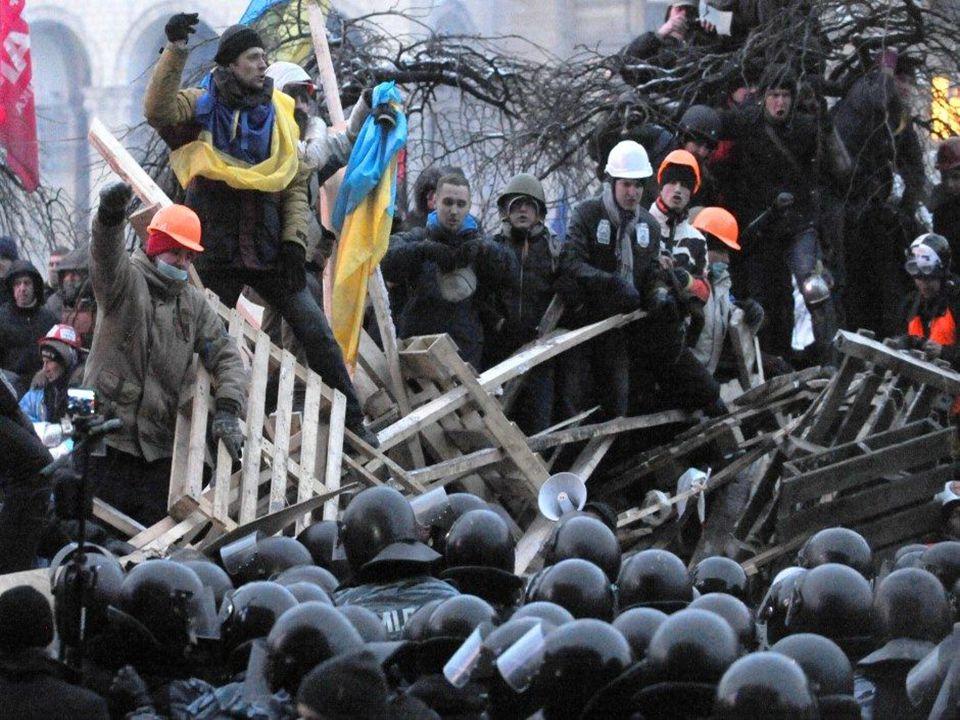  O Parlamento ucraniano atendeu a duas reivindicações dos manifestantes na Ucrânia, mas permanece conflituosa a situação no país.  Os legisladores d