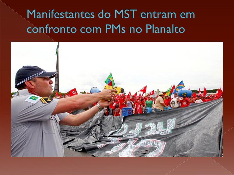  Manifestantes do MST (Movimento dos Trabalhadores Rurais Sem Terra) entraram em confronto com policiais militares em frente ao Palácio do Planalto.