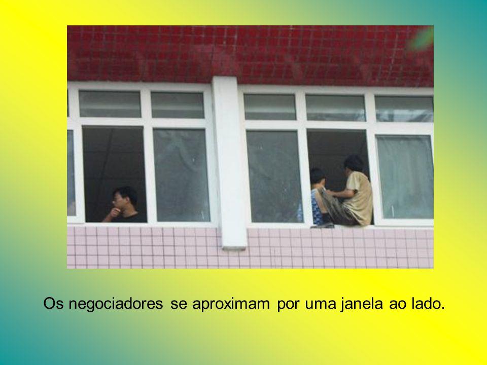 Os negociadores se aproximam por uma janela ao lado.