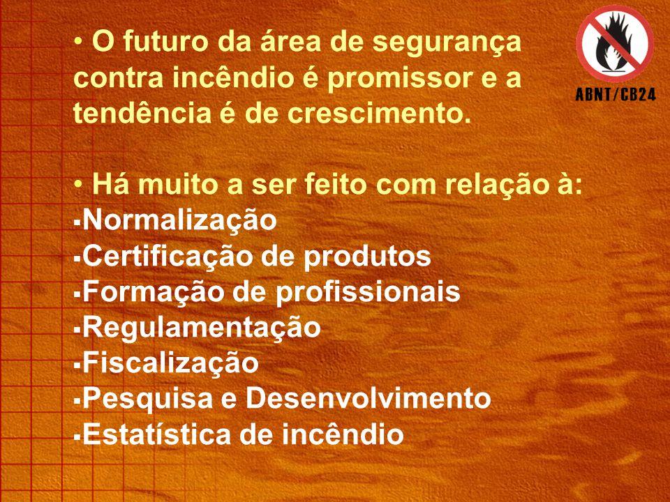Somente os extintores são submetidos à certificação compulsória e há outros produtos (porta corta-fogo, chuveiros automáticos, mangueiras) submetidos a certificação voluntária.
