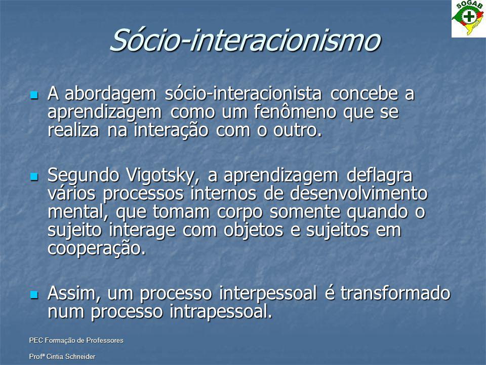 PEC Formação de Professores Profª Cintia Schneider Sócio-interacionismo  A abordagem sócio-interacionista concebe a aprendizagem como um fenômeno que