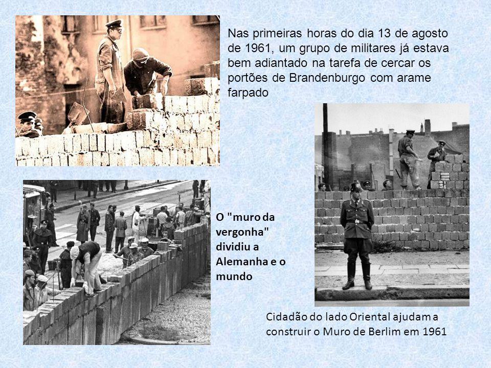 Cidadão do lado Oriental ajudam a construir o Muro de Berlim em 1961 O