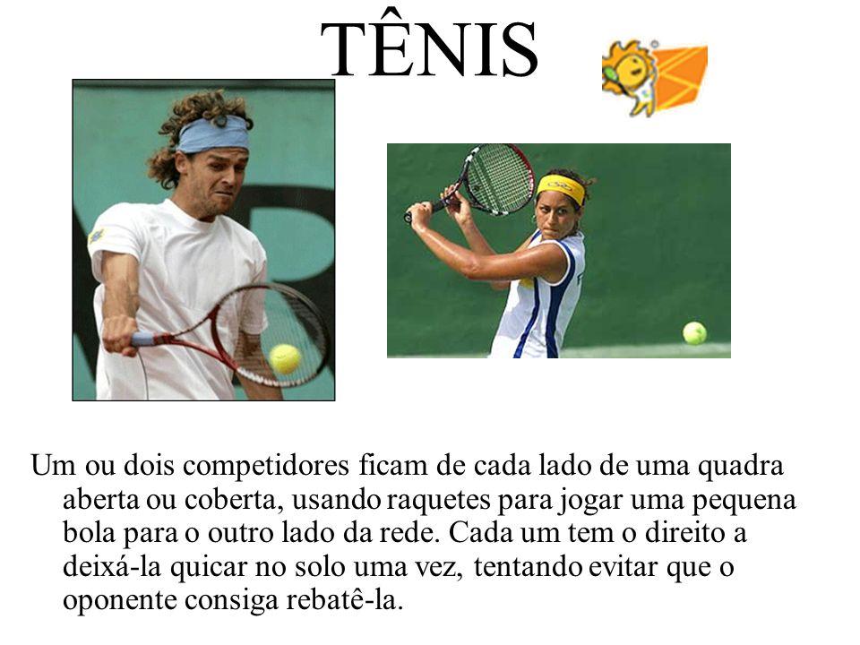 TÊNIS Um ou dois competidores ficam de cada lado de uma quadra aberta ou coberta, usando raquetes para jogar uma pequena bola para o outro lado da red