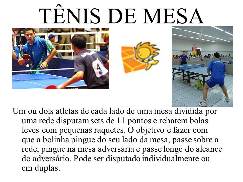 TÊNIS DE MESA Um ou dois atletas de cada lado de uma mesa dividida por uma rede disputam sets de 11 pontos e rebatem bolas leves com pequenas raquetes