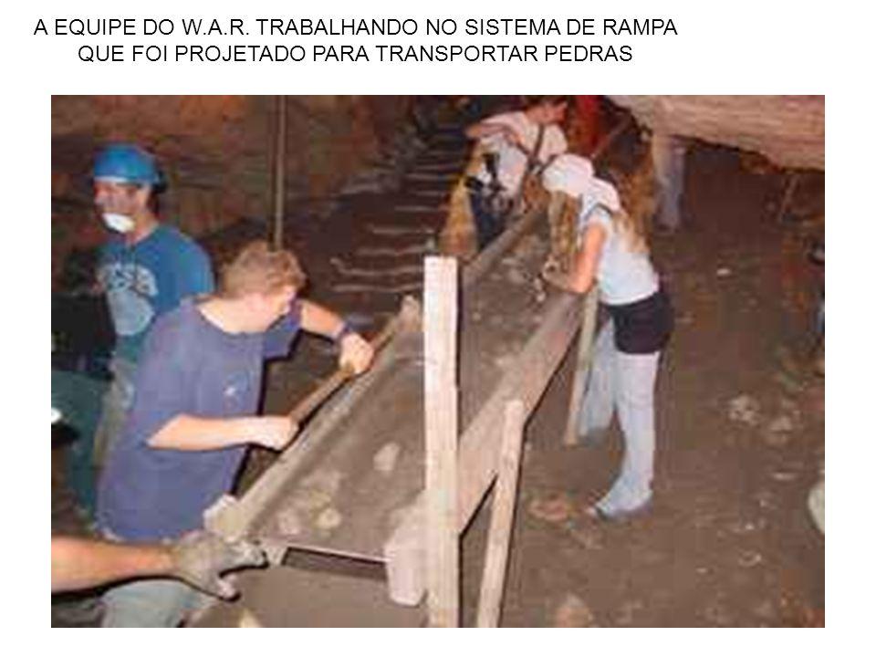 A EQUIPE DO W.A.R. TRABALHANDO NO SISTEMA DE RAMPA QUE FOI PROJETADO PARA TRANSPORTAR PEDRAS
