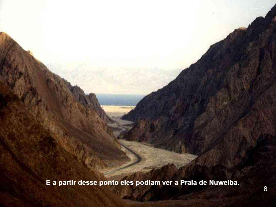 O VERDADEIRO MONTE SINAI O pico preto no topo da montanha mostra onde o fogo de Deus estava.