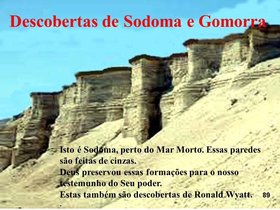 Isto é Sodoma, perto do Mar Morto. Essas paredes são feitas de cinzas. Deus preservou essas formações para o nosso testemunho do Seu poder. Estas tamb
