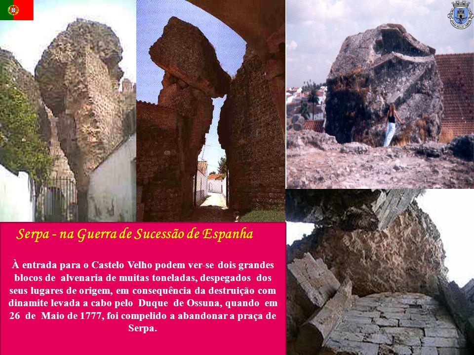 À entrada para o Castelo Velho podem ver-se dois grandes blocos de alvenaria de muitas toneladas, despegados dos seus lugares de origem, em consequênc
