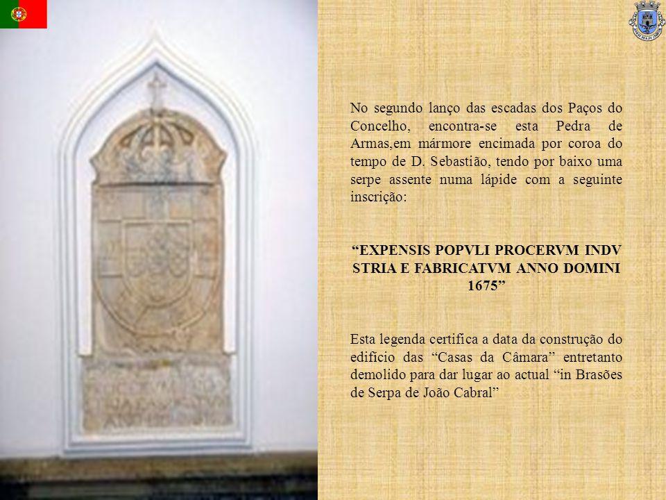 No segundo lanço das escadas dos Paços do Concelho, encontra-se esta Pedra de Armas,em mármore encimada por coroa do tempo de D. Sebastião, tendo por