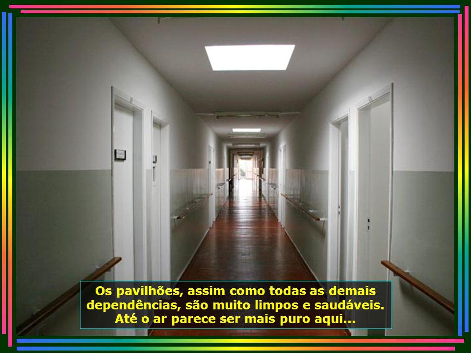 Muitos dos ocupantes habitam os apartamentos nos pavilhões, dotados de todo conforto necessário...