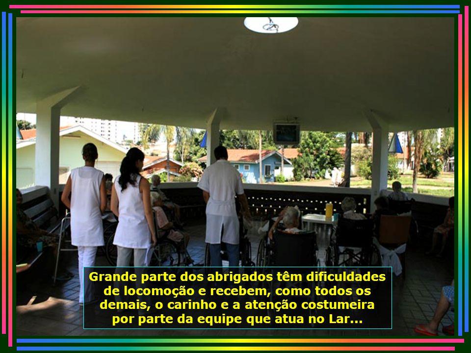 É notável o carinho e a assistência dada às pessoas pelos profissionais de saúde, que atuam voluntariamente no Lar...