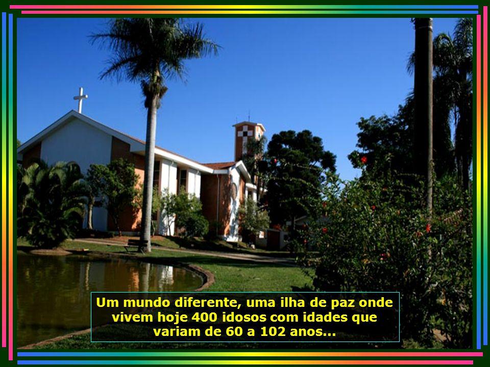 O pároco Padre Rubens Marin, também morador do Lar, é quem celebra as missas diárias realizadas na Capela...