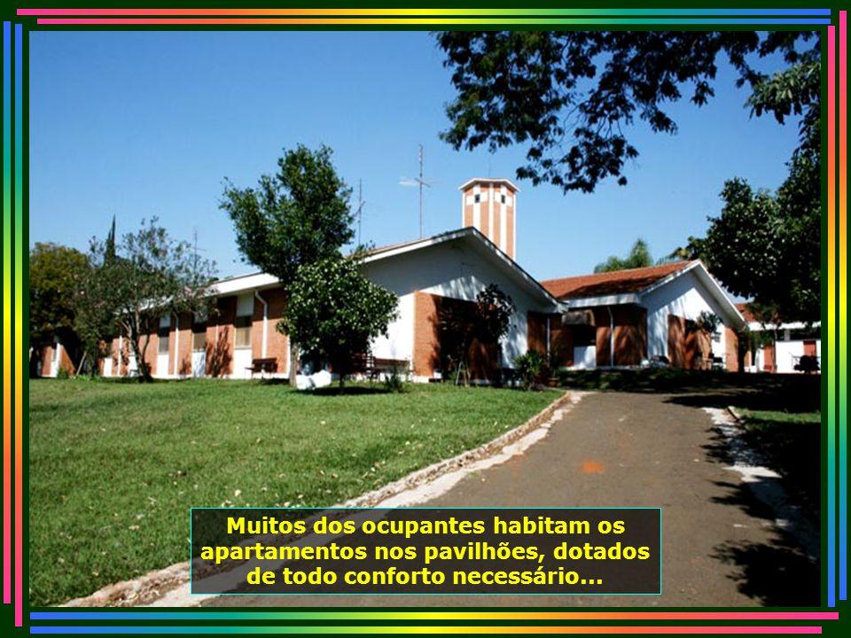 Um belíssimo Salão de Festas que o Lar dos Velhinhos disponibiliza à sociedade para realizações festivas, casamentos, contribuindo assim para suprir as necessidades financeiras à sua manutenção...