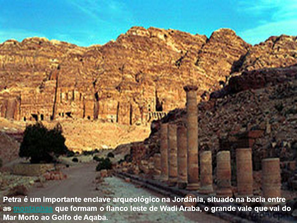 Petra é um importante enclave arqueológico na Jordânia, situado na bacia entre as montanhas que formam o flanco leste de Wadi Araba, o grande vale que