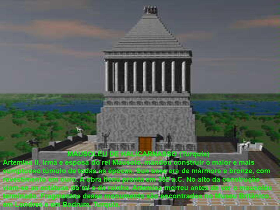 MAUSOLÉU DE HALICARNASSO (Turquia) Artemisa II, irmã e esposa do rei Mausolo, mandou construir o maior e mais sumptuoso túmulo de todas as épocas. Sua