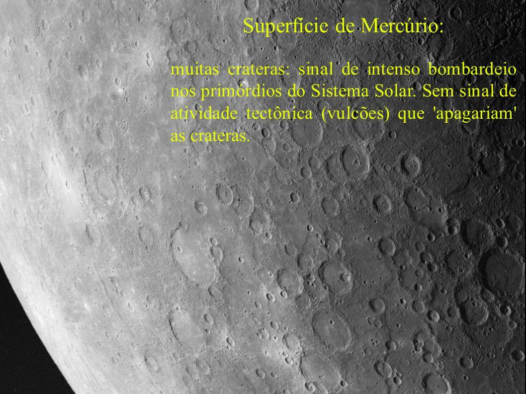 Superfície de Mercúrio: muitas crateras: sinal de intenso bombardeio nos primórdios do Sistema Solar. Sem sinal de atividade tectônica (vulcões) que '