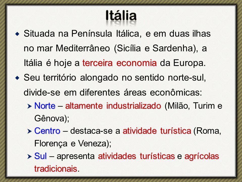terceira economia  Situada na Península Itálica, e em duas ilhas no mar Mediterrâneo (Sicília e Sardenha), a Itália é hoje a terceira economia da Europa.