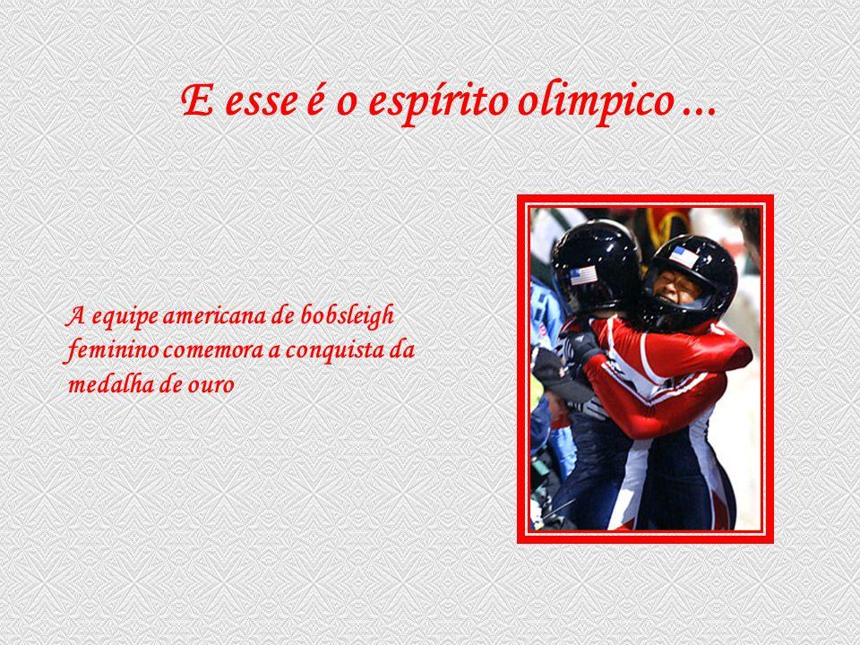 A equipe americana de bobsleigh feminino comemora a conquista da medalha de ouro E esse é o espírito olimpico...
