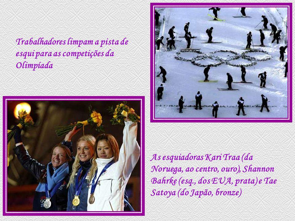 Trabalhadores limpam a pista de esqui para as competições da Olimpíada As esquiadoras Kari Traa (da Noruega, ao centro, ouro), Shannon Bahrke (esq., dos EUA, prata) e Tae Satoya (do Japão, bronze)