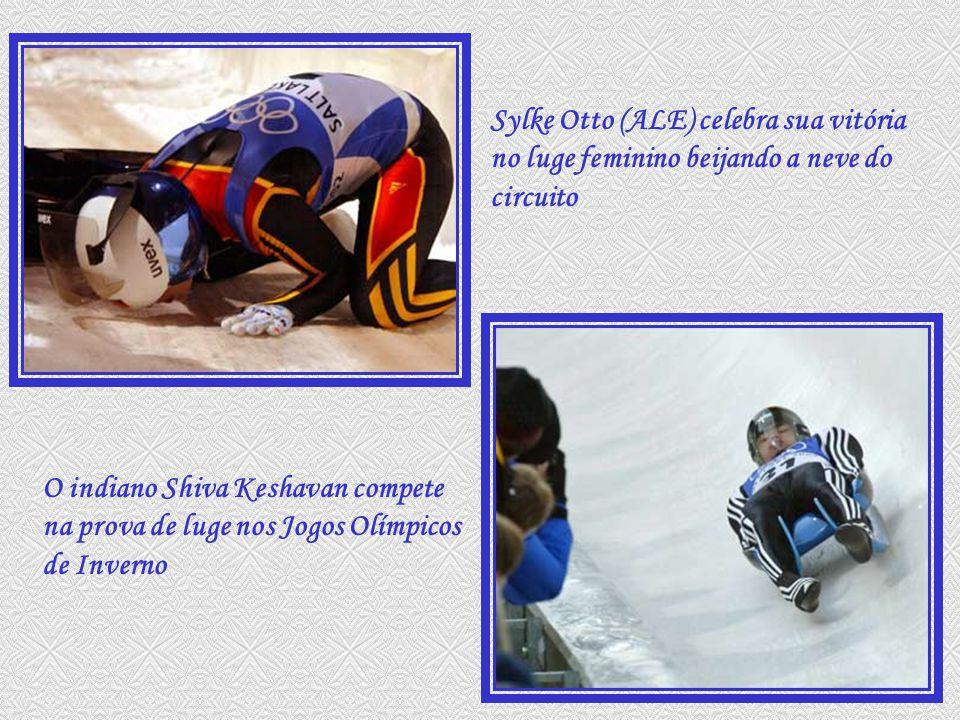 O indiano Shiva Keshavan compete na prova de luge nos Jogos Olímpicos de Inverno Sylke Otto (ALE) celebra sua vitória no luge feminino beijando a neve do circuito