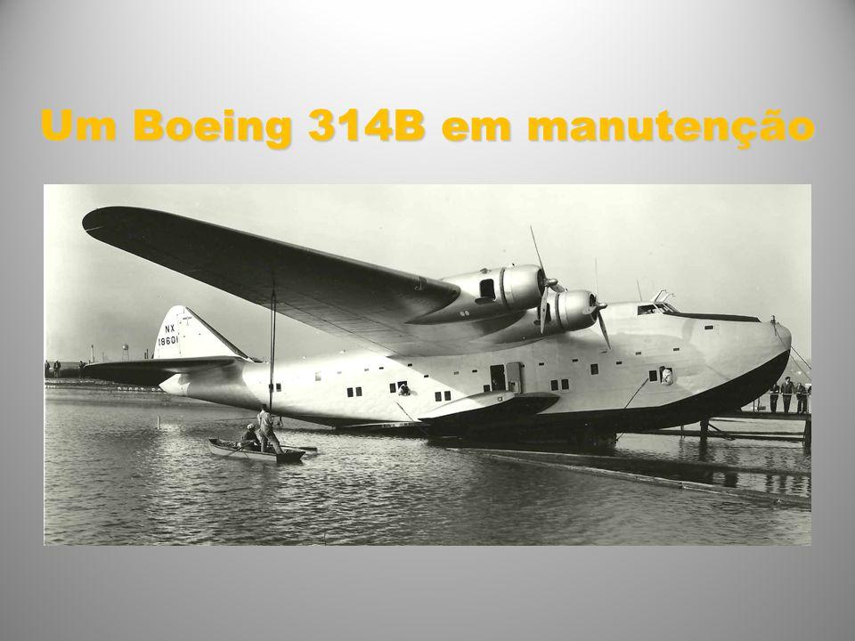 Um Boeing 314B em manutenção