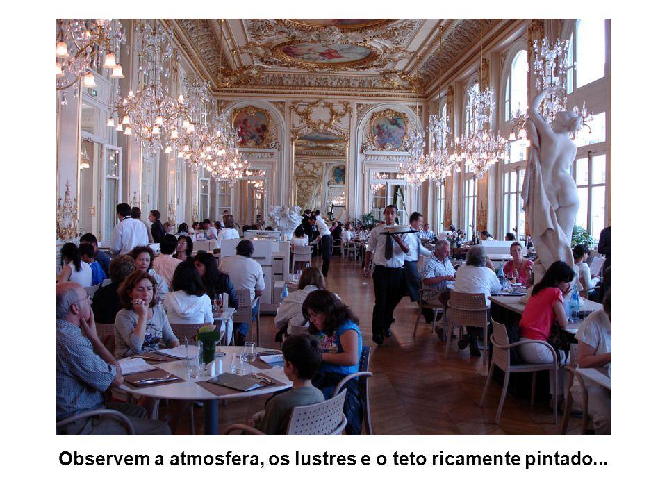 Observem a atmosfera, os lustres e o teto ricamente pintado...
