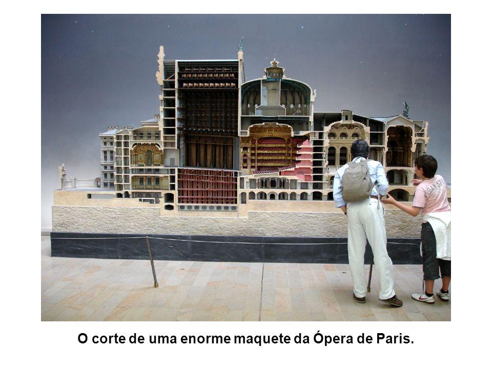 O corte de uma enorme maquete da Ópera de Paris.