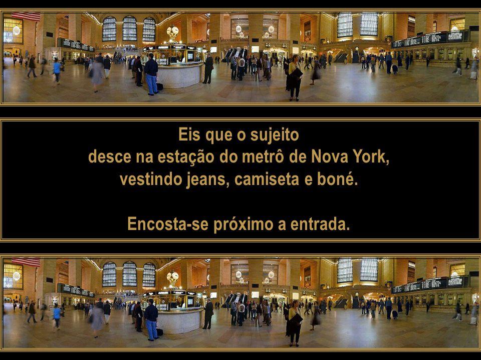 Eis que o sujeito desce na estação do metrô de Nova York, vestindo jeans, camiseta e boné.