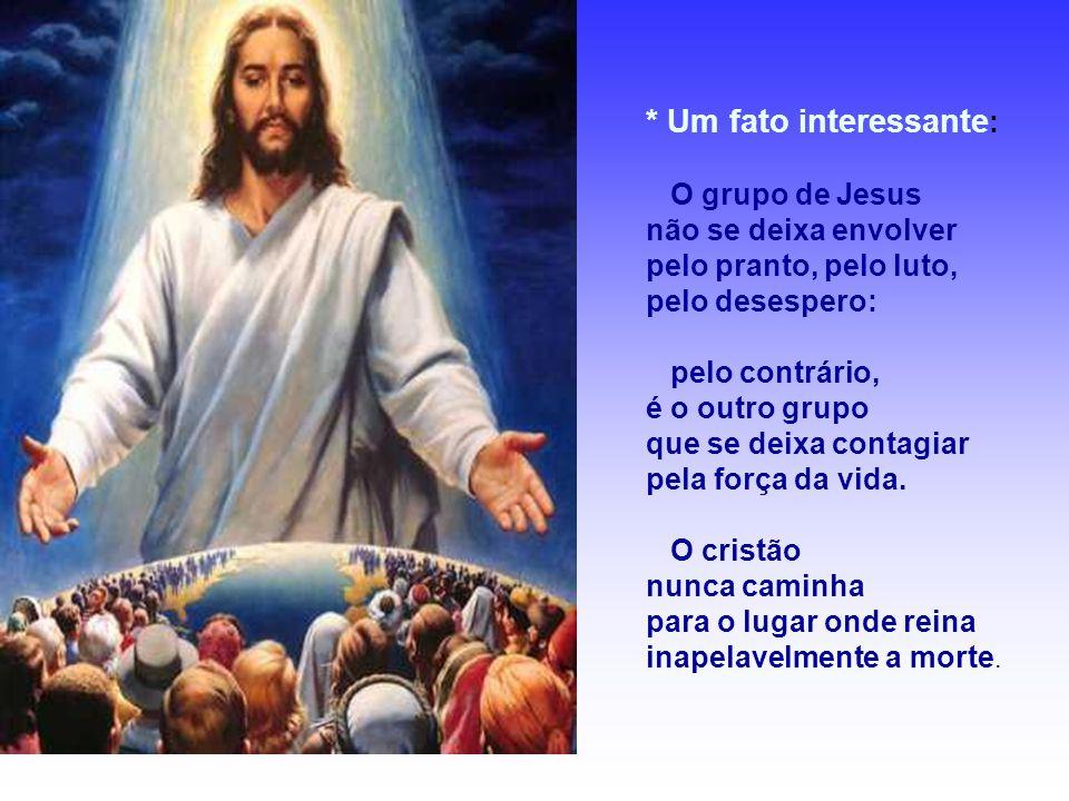 - Um chega, precedido por Jesus, o Ressuscitado, o vencedor da morte e o outro dela sai, precedido por um cadáver.